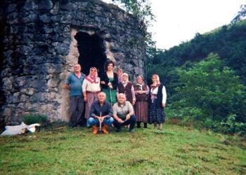 Σαδή, έξω από την εκκλησία με τους τωρινούς κατοίκους του χωριού (φωτ.: αρχείο Ροζαλίας Ελευθεριάδου)