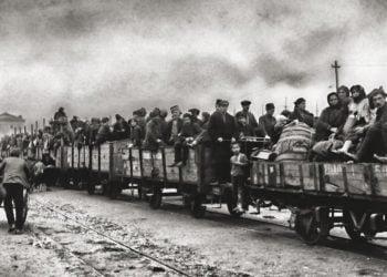 Πρόσφυγες από τη Σαμψούντα βρίσκονται στην Πάτρα και περιμένουν να αρχίσουν το ταξίδι τους στο εσωτερικό της Ελλάδας. Κάποιοι από αυτούς βρήκαν δουλειά στους αμπελώνες και τους ελαιώνες της Πελοποννήσου (φωτ.:Charles Dexter Morris/ «The National Geographic» Magazine, Νοέμβριος 1925, σελ. 568)