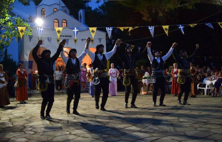 Ο Όμιλος Ποντίων Χορευτών Καβάλας στο ξωκλήσι της Αγίας Μαρίνας στο Θρυλόριο, σε παλαιότερη εκδήλωση (φωτ.: Όμιλος Ποντίων Χορευτών Καβάλας)