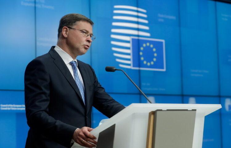 O αντιπρόεδρος της Επιτροπής Βάλντις Ντομπρόβσκις (Φωτ.: ΕPA/ Stephanie Lecoco)