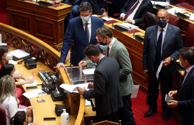 Ο πρωθυπουργός ψηφίζει επί της πρότασης παραπομπής του Νίκου Παππά (φωτ.: ΑΠΕ-ΜΠΕ / Ορέστης Παναγιώτου)