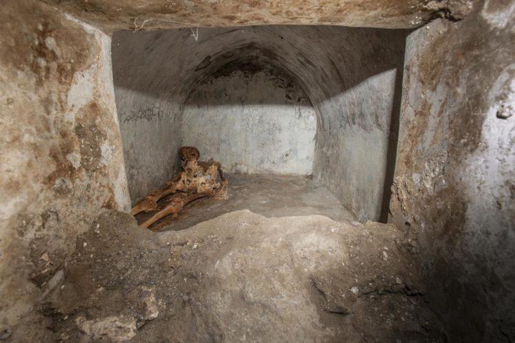 Σκελετός άνδρα στην αρχαία Πομπηία (φωτ.: apnews.com)