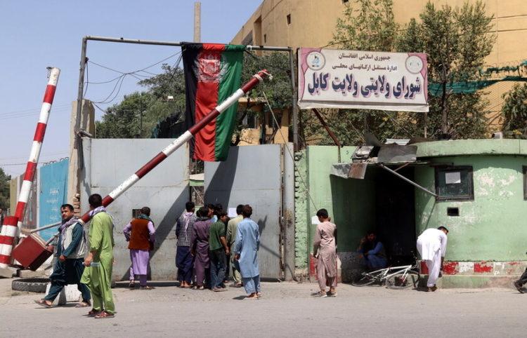 Άνθρωποι πηγαίνουν στα σπίτια τους μόλις μαθεύτηκαν τα νέα για την κατάληψη των περιχώρων της Καμπούλ από τους Ταλιμπάν (φωτ.:EPA/ Stringer)