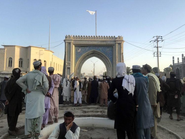 Η σημαία των Ταλιμπάν ανεμίζει στην Κανταχάρ (φωτ.: EPA/ Stringer)