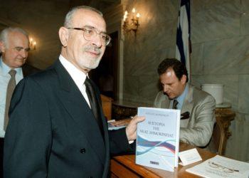 Ο Άγγελος Μπρατάκος, στην παρουσίαση του βιβλίου του «Η Ιστορία της ΝΔ», το 2002 (φωτ. αρχείου: ΑΠΕ-ΜΠΕ/Παντελής Σαΐτας)