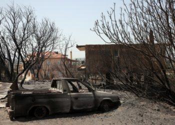 Καμένο σπίτι και αυτοκίνητο από την πυρκαγιά  που συνεχίζει να μαίνεται στην Αρχαία Ολυμπία, (φωτ,: ΑΠΕ-ΜΠΕ/Ορέστης Παναγιώτου)