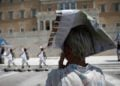 Με τον χάρτη στο κεφάλι τουρίστρια προσπαθεί να προστατευτεί από τον ήλιο, μπροστά από το Μνημείο του Αγνώστου Στρατιώτη στο Σύνταγμα (φωτ.: ΑΠΕ-ΜΠΕ/Γιάννης Κολεσίδης)