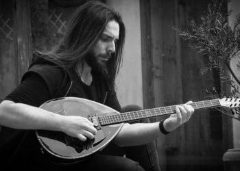 Ο Δημήτρης Κύρτσος με το αγαπημένο του μουσικό όργανο (φωτ.: ΑΠΕ-ΜΠΕ/STR/Αρχείο Δ. Κύρτσος)