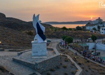 Το εντυπωσιακό άγαλμα της Δόξας των Ψαρών στους πρόποδες της Μαύρης Ράχης (φωτ.: www.chiosphotos.gr)