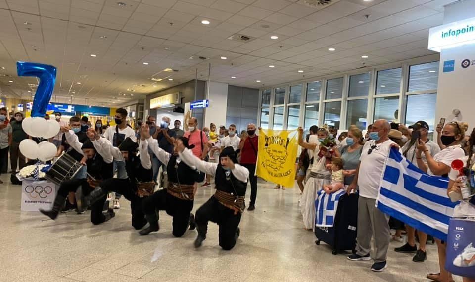Στιγμιότυπο από το ποντιακό γλέντι που στήθηκε στο διεθνές αεροδρόμιο «Ελευθέριος Βενιζέλος» για την υποδοχή της τζουντόκα Ελισάβετ Τελτσίδου και του προπονητή της εθνικής ομάδας Νίκο Ηλιάδη, μετά την επιστροφή τους από τους Ολυμπιακούς Αγώνες του Τόκιο (φωτ.: facebook.com/hellenic.judo.federation)