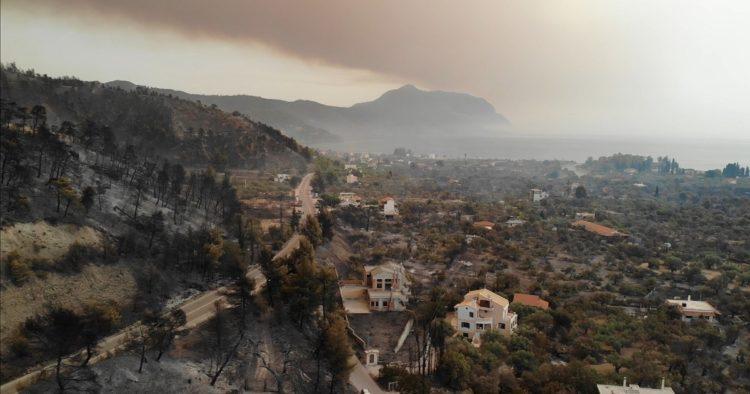 Εικόνα από την Εύβοια που καίγεται σε τρία μέτωπα (φωτ.: facebook.com/groups/pyrkagianews/Jens Perschke)