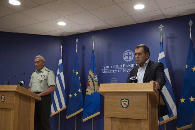 Ο αρχηγός ΓΕΕΘΑ Στρατηγός Κωνσταντίνος Φλώρος και ο υπουργός Εθνικής Άμυνας Νικόλαος Παναγιωτόπουλο μιλούν για την περαιτέρω ενεργό συνδρομή των Ενόπλων Δυνάμεων στην πρόληψη και τη διαχείριση των πυρκαγιών (φωτ.: ΑΠΕ-ΜΠΕ/Υπουργείο Εθνικής Άμυνας/STR)