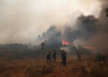 Υπεράνθρωπες προσπάθειες καταβάλλουν  πυροσβέστες και εθελοντές πυροσβέστες, σε όλα τα πύρινα μέτωπα (φωτ.: ΑΠΕ-ΜΠΕ/Ορέστης Παναγιώτου)