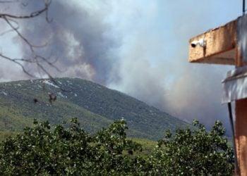 Πυκνοί καπνοί ανεβαίνουν από το όρος Πατέρας, έτσι όπως φαίνεται από την περιοχή Λιακωτό Μάνδρας, καθώς η φωτιά καίει σε δυσπρόσιτα σημεία (φωτ.: ΑΠΕ-ΜΠΕ/Αλέξανδρος Μπελτές)