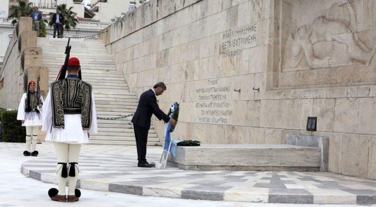 Ο Γιώργος Βαρυθυμιάδης, πρόεδρος της ΠΟΕ, καταθέτει στεφάνι στο Μνημείο του Αγνώστου Στρατιώτη στο Σύνταγμα, σε εκδήλωση της Παμποντιακής Ομοσπονδίας Ελλάδος για την Ημέρα Μνήμης της Γενοκτονίας των Ποντίων (φωτ.: ΑΠΕ-ΜΠΕ/Συμέλα Παντζαρτζή)