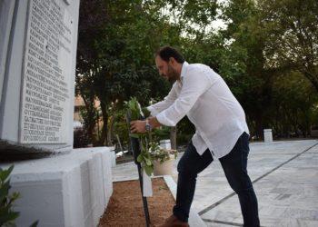 Ο δήμαρχος της Καλαμαριάς Γιάννης Δαρδαμανέλης καταθέτει στεφάνι στο Ηρώο της Πλατείας 13ης Αυγούστου, στο πάρκο Κερασούντος (φωτ.: Γρ. Τύπου Καλαμαριάς)