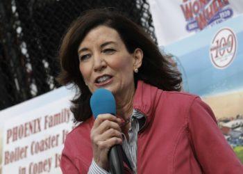 Η μέχρι σήμερα αντικυβερνήτρια της Νέας Υόρκης Κάθλιν Χόκολ αναλαμβάνει τα ηνία της πολιτείας, μετά την παραίτηση Κουόμο (φωτ.: EPA/Peter Foley)