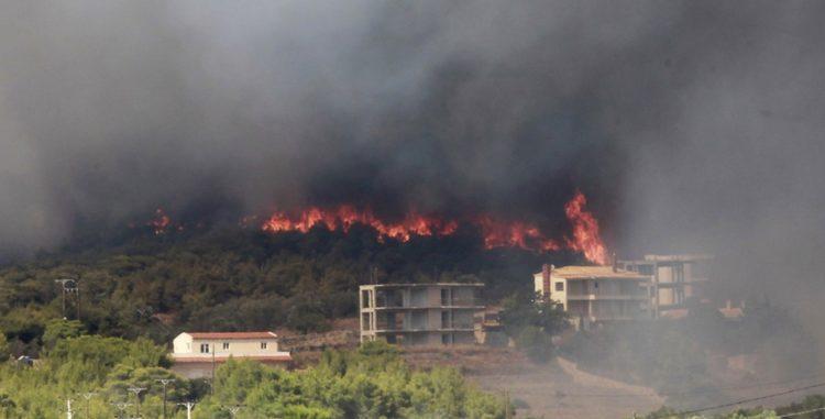 Πυρκαγιά κοντά σε σπίτια στην Κερατέα, σήμερα (φωτ.: ΑΠΕ-ΜΠΕ/Αλέξανδρος Βλάχος)