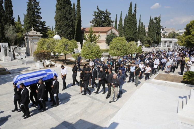 Στιγμιότυπο από  την κηδεία του Άκη Τσοχατζόπουλου στο Α' Νεκροταφείο Αθηνών (φωτ.: ΑΠΕ-ΜΠΕ/Αλέξανδρος Βλάχος)