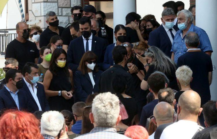 Θρήνος στην κηδεία του Βασίλη Φιλώραπου θεωρούνταν ο καλύτερος στην Ελλάδα χειριστής drone. Έφτιαχνε drones για τον ελληνικό στρατό, την ΕΡΤ και την Πολιτική Προστασία (φωτ.: ΑΠΕ-ΜΠΕ/Ορέστης Παναγιώτου)
