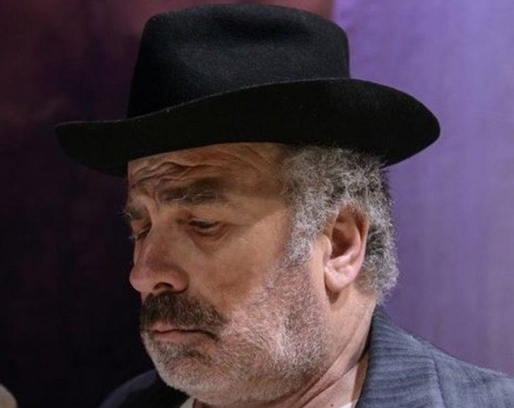 Ο αγαπητός ηθοποιός στο ρόλο του Παπλωματά, στη θεατρική παράσταση «Πανηγύρι», του Δημήτρη Κεχαΐδη στο Εθνικό Θέατρο (2016)