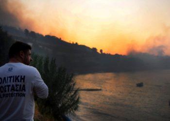 Φωτογραφία αρχείου που εικονίζει τον  υφυπουργό Πολιτικής Προστασίας και Διαχείρισης Κρίσεων, Νίκο Χαρδαλιά να πραγματοποιεί αυτοψία στην φωτιά που βρίσκεται σε εξέλιξη σε δασική έκταση στην περιοχή Ζήρια, του Δήμου Αιγιαλείας Αχαΐας, το Σάββατο 31 Ιουλίου 2021 (φωτ.: ΑΠΕ-ΜΠΕ/Γιώτα Λοτσάρη)