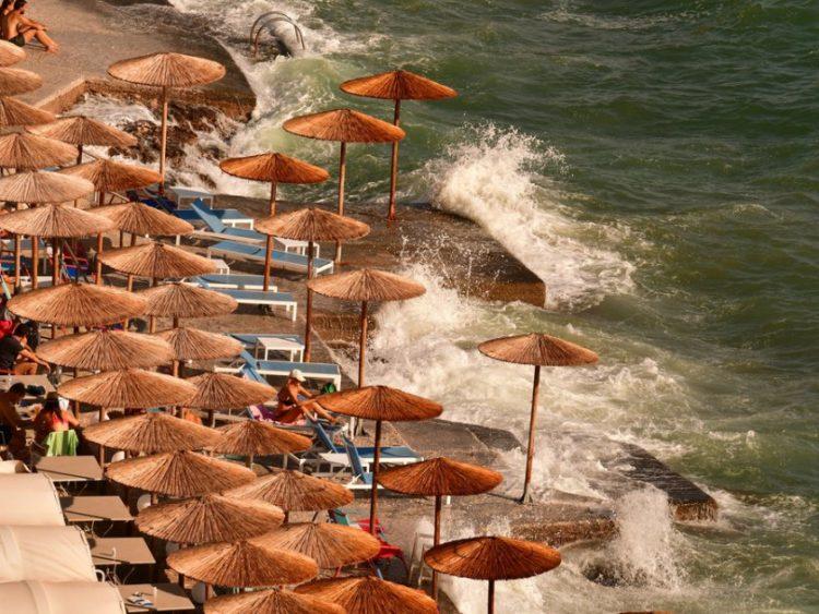 Κύματα στην παραλία της Αρβανιτιάς έφερε ο δυνατός βοριάς που πνέει στην ευρύτερη περιοχή της Αργολίδας (φωτ.: ΑΠΕ-ΜΠΕ/Ευάγγελος Μπουγιώτης)