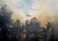 Ελικόπτερο πραγματοποιεί ρίψεις νερού στην κατάσβεση της πυρκαγιάς που ξέσπασε στη Ρόδο (φωτ.; ΑΠΕ-ΜΠΕ/ΑΠΕ-ΜΠΕ/Λευτέρης Δαμιανίδης)