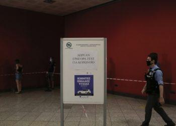 Πολίτες περιμένουν στην ουρά για να πραγματοποιήσουν δωρεάν rapid-test για την ανίχνευση αντιγόνου του κορονοϊού, στο σταθμό του μετρό του Συντάγματος, στην Αθήνα (φωτ.: ΑΠΕ-ΜΠΕ/Κώστας Τσιρώνης)