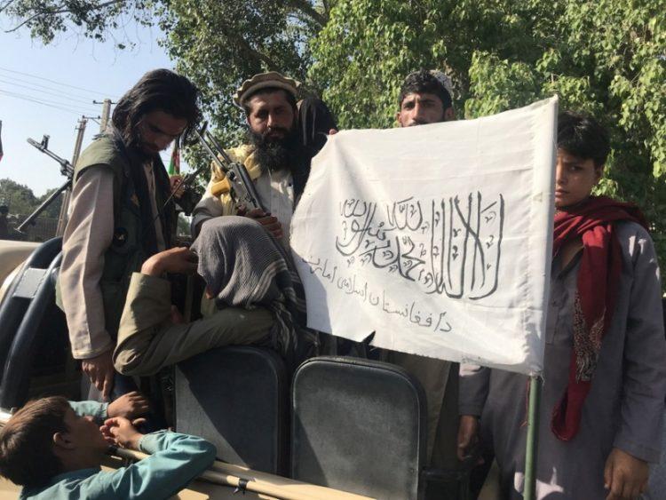Ταλιμπάν δείχνουν τη σημαία τους, μετά την ανάληψη ελέγχου του Τζαλαλαμπάντ, στο Αφγανιστάν (φωτ.: EPA/STRINGER)