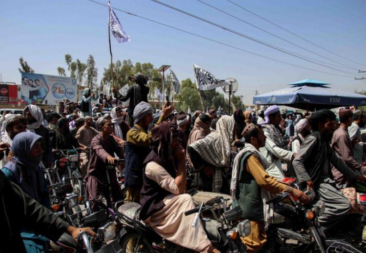 Ταλιμπάν πανηγυρίζουν την αποχώρηση των αμερικανικών δυνάμεως από την Κανταχάρ, στο Αφγανιστάν (φωτ,:EPA/STRINGER)