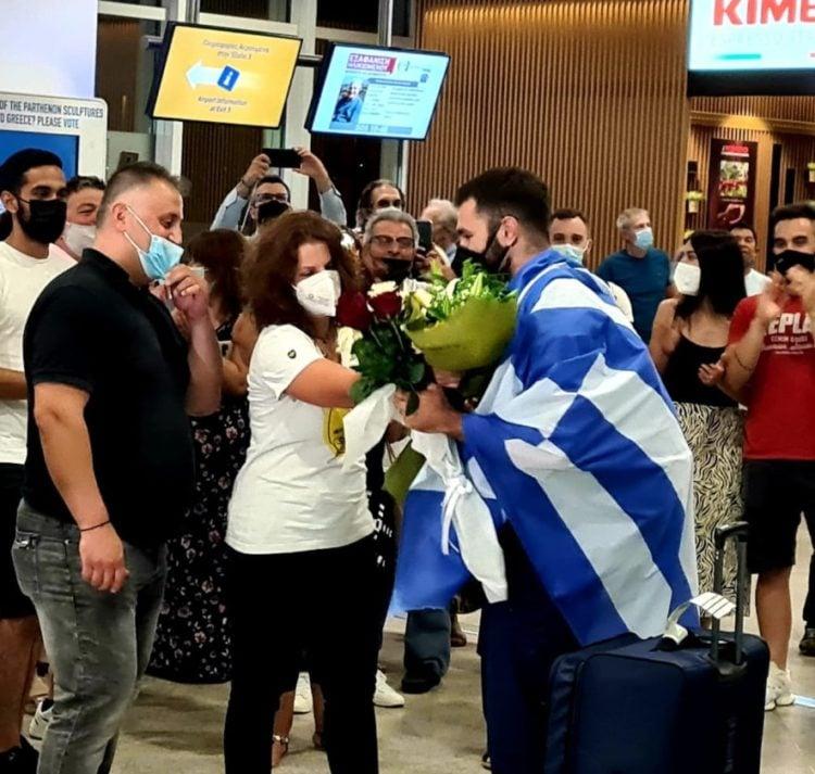 Στιγμιότυπο από την άφιξη του Θοδωρή Ιακωβίδη, στην Αθήνα (φωτ.: twitter.com/l_avgenakis)