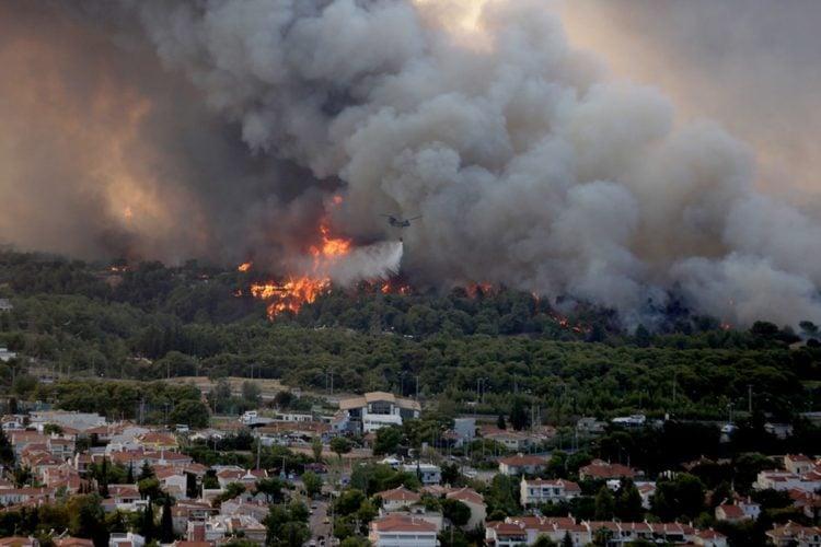 Φωτιά καίει δέντρα στην περιοχή της Βαρυμπόμπης. Μάρτυρες λένε για πολλά καμένα σπίτια (φωτ.: ΑΠΕ-ΜΠΕ/ Ορέστης Παναγιώτου)