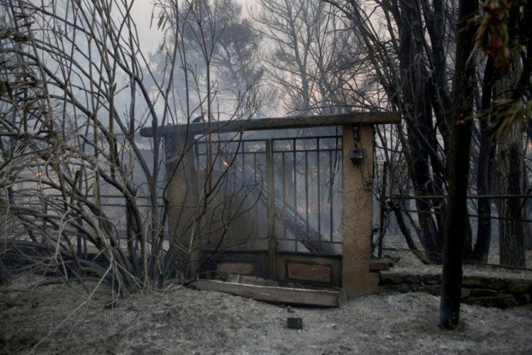 Καμένο σπίτι μετά τη φωτιά που ξέσπασε σε δασική έκταση στην περιοχή της Βαρυμπόμπης (φωτ.: ΑΠΕ-ΜΠΕ/Γιάννης Κολεσίδης)