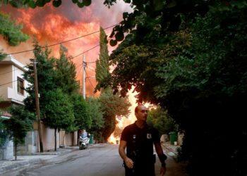 Φωτιά καίει δέντρα στην Βαρυμπόμπη που εκκενώθηκε πριν από μερικές ώρες (φωτ.: ΑΠΕ-ΜΠΕ/Γιάννης Κολεσίδης)