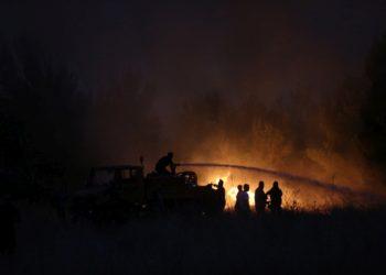 Πυροσβέστες ρίχνουν νερό για να σβήσουν την φωτιά που ξέσπασε σε δασική έκταση στην περιοχή της Βαρυμπόμπης (φωτ.: ΑΠΕ-ΜΠΕ/ΑΠΕ-ΜΠΕ/Ορέστης Παναγιώτου)