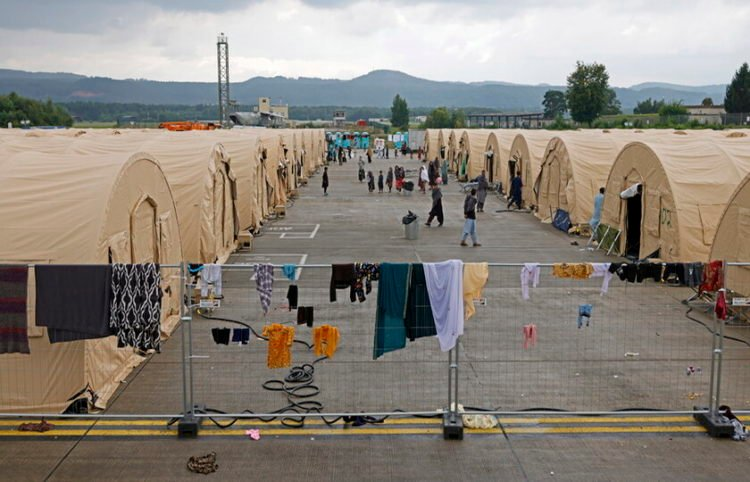 Άτομα που έχουν ξεφύγει από το Αφγανιστάν, στη βάση των ΗΠΑ στη Γερμανία (φωτ.: EPA/ Ronald Wittek)
