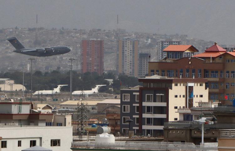Το αεροδρόμιο της Καμπούλ (φωτ.: EPA / STRINGER)