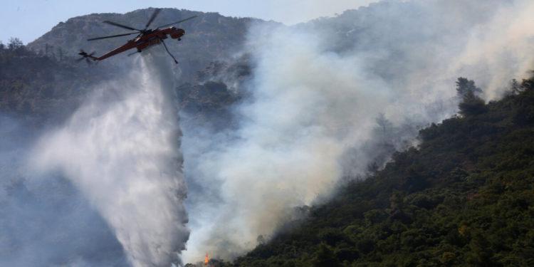 Ελικόπτερο Σικόρσκι ρίχνει νερό στη φωτιά  στο μέτωπο της Μαλακάσας, Σάββατο 7 Αυγούστου 2021 (φωτ.: ΑΠΕ-ΜΠΕ/ Αλέξανδρος Μπελτές)