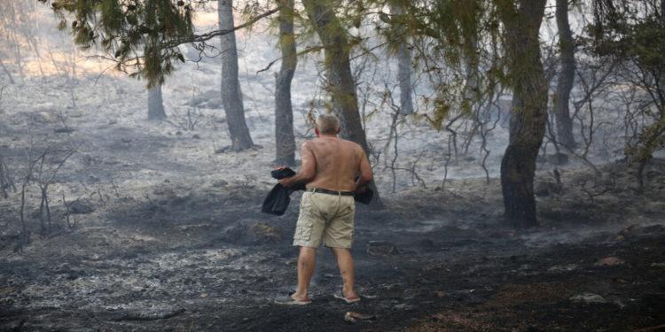 Κάτοικος κοιτά το καμμένο τοπίο στην περιοχή των Θρακομακεδόνων Σάββατο 07 Αυγούστου 2021 (φωτ.: ΑΠΕ-ΜΠΕ/ Αλέξανδρος Μπελτές)
