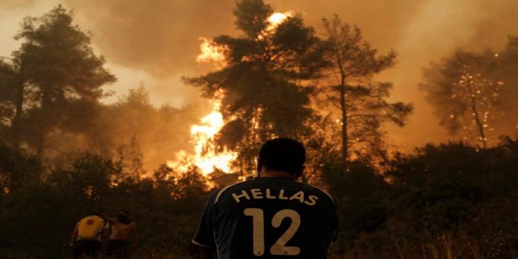Πολίτες επιχειρούν στην κατάσβεση της πυρκαγιάς στην περιοχή Πευκί στην Βόρεια Εύβοια, Κυριακή 8 Αυγούστου 2021 (φωτ.: ΑΠΕ-ΜΠΕ/ Κώστας Τσιρώνης)