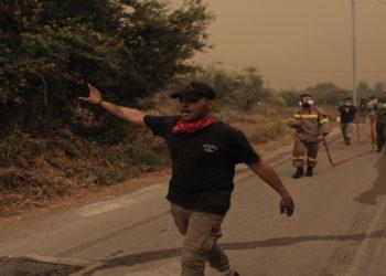 Πολίτες και πυροσβέστες επιχειρούν στην κατάσβεση της πυρκαγιάς στην περιοχή Πευκί στη βόρεια Εύβοια, Κυριακή 08 Αυγούστου 2021 (φωτ.: ΑΠΕ-ΜΠΕ/ Κώστας Τσιρώνης)