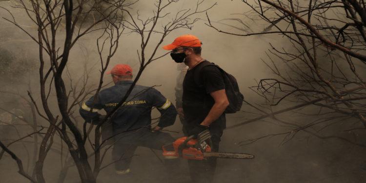 Πυροσβέστες του πεζοπόρου τμήματος Θεσσαλίας, επιχειρούν σε δασική έκταση κοντά στο χωριό Ιστιαία κατά τη διάρκεια πυρκαγιάς στην Εύβοια, Δευτέρα 9 Αυγούστου 2021 (φωτ.: ΑΠΕ-ΜΠΕ/ Κώστας Τσιρώνης)