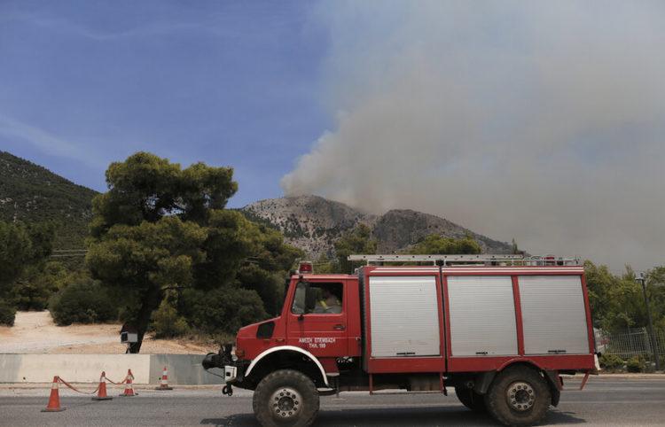 Πυροσβεστικό όχημα κατευθύνεται προς το σημείο κατάσβεσης  κατά τη διάρκεια δασικής πυρκαγιάς στην Πάρνηθα, Σάββατο 07 Αυγούστου 2021 (φωτ.: ΑΠΕ-ΜΠΕ/ Κώστας Τσιρώνης)