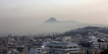 Ο Αη-Γιώργης στο λόφο του Λυκαβηττού διακρίνεται μέσα σε πέπλο καπνού, από τη χθεσινή φωτιά της Βαρυμπόμπης (φωτ.: ΑΠΕ-ΜΠΕ/ Ορέστης Παναγιώτου)