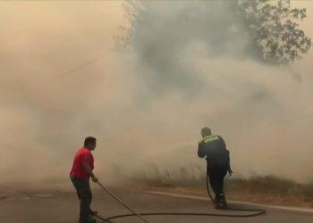Πυροσβέστες και πολίτες παλεύουν με τις φωτιές στη Γορτυνία, Τρίτη 10 Αυγούστου (φωτ.: YouTube/ Open TV)