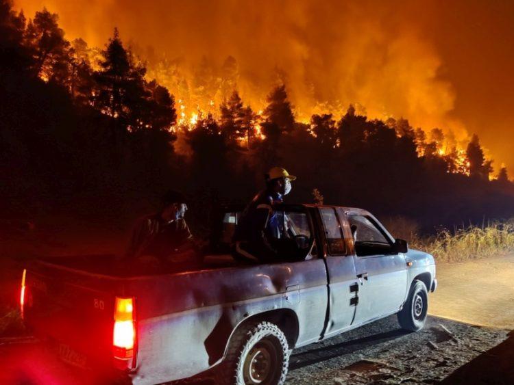 Φωτογραφία που δόθηκε σήμερα στη δημοσιότητα και εικονίζει εθελοντές να επιχειρούν σε πυρκαγιά σε δασική έκταση κοντά στο χωριό Καματριάδες στην Εύβοια, το βράδυ της Δευτέρας 9 Αυγούστου 2021 (φωτ.: ΑΠΕ-ΜΠΕ/ Σπύρος Κούρος)