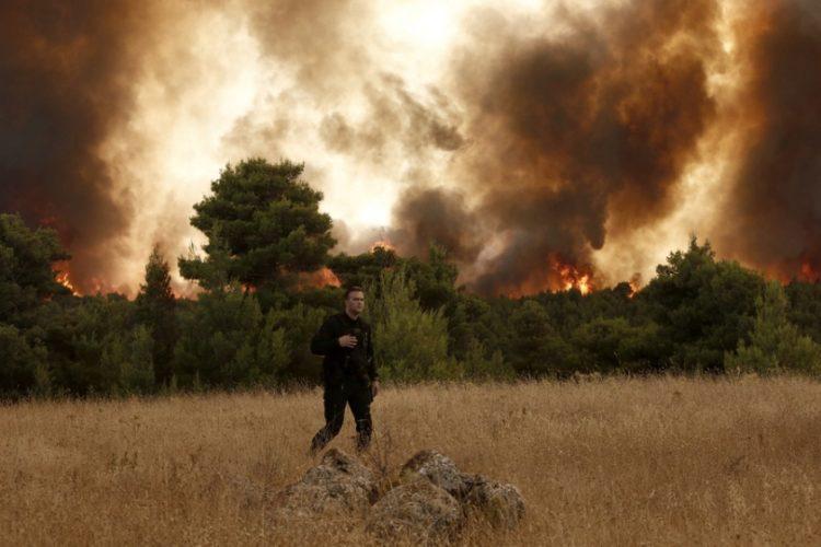 Πυκνοί καπνοί και πύρινες γλώσσες διακρίνονται  πυρκαγιάς στον οικισμό Δροσοπηγή, στη βορειοανατολική Αττική (φωτ.: ΑΠΕ-ΜΠΕ / Γιάννης Κολεσίδης)