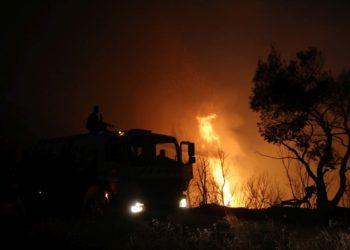 Πυροσβέστες ρίχνουν νερό για να σβήσουν την φωτιά που ξέσπασε σε δασική έκταση στη Bαρυμπόμπη (φωτ: ΑΠΕ-ΜΠΕ/ Ορέστης Παναγιώτου)