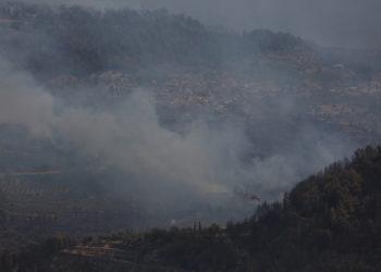 Καπνοί από τη φωτιά στη Γορτυνία όπως φαίνονταν από το χωριό Νεμούτα (φωτ.: ΑΠΕ-ΜΠΕ / Αλέξανδρος Μπελτές)